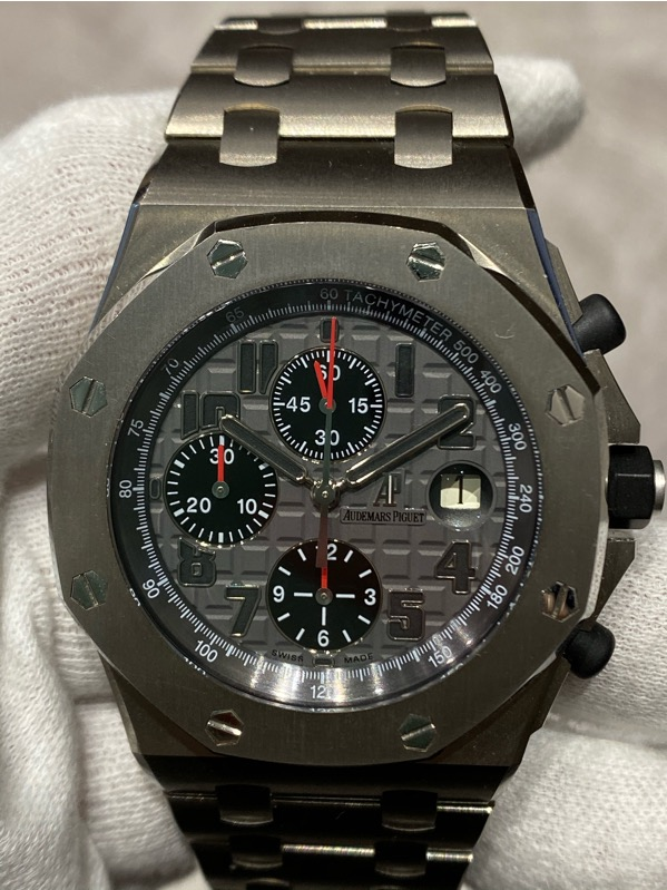 Brand: Audemars Piguet Reference : 26170TI.OO.1000TI.01 Model: Royal Oak Offshore Titanium Bracelet 42mm Size : 42mm Function: Chronograph Case: Titanium Movement : Mechanical Automatic Condition: 95% Remarks: Box & Papers , H Series