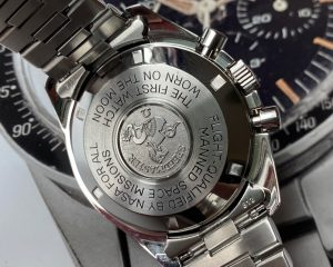 Brand: Omega Reference : 3590.50 Model: Speedmaster Professional Moonwatch 861 T Dial 3590.50 Size : 42mm Function: Chronograph Case: Stainless Steel Movement : Mechanical Manual , 861 Movement Condition: 90% Remarks: Warranty Card Only S/N: 4832xxxx